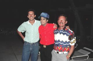 Michael Jackson with fans, 1988 by Flickr user Alan Light